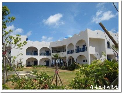 『地中海渡假民宿』,藍白相間的建築。