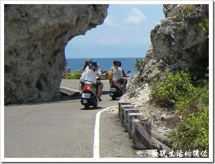 在小琉球騎機車不一定得戴安全帽,沒人會管你,但要注意安全。