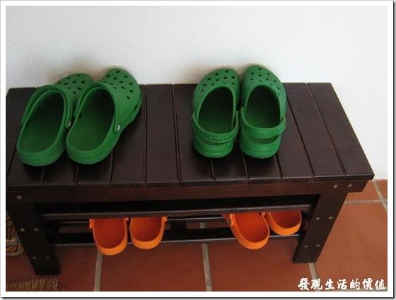 門口貼心地擺放了『布希鞋』。