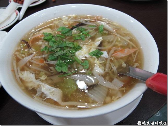 台南-四季小館。《雪花蟹肉羹》。怎麼今天點的都是勾芡的湯類啊,可以加點紅醋來提味。