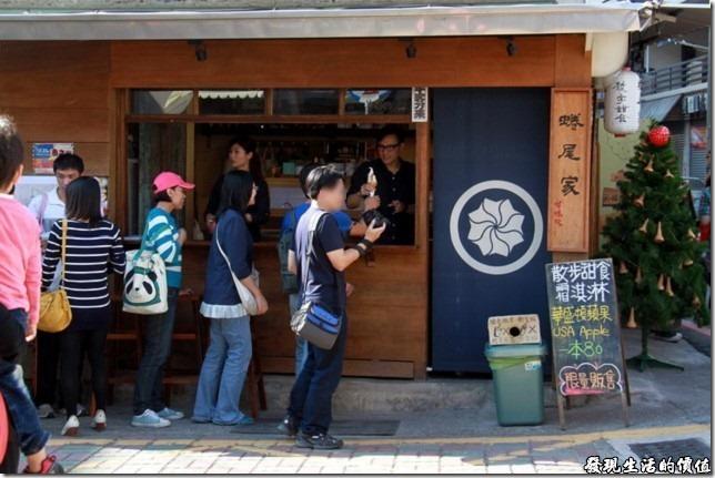 台南-蜷尾家甘味處散步甜食。看大家迫不期待等著拿霜淇淋的樣子,心中不免浮現這霜淇淋有這麼好吃嗎?