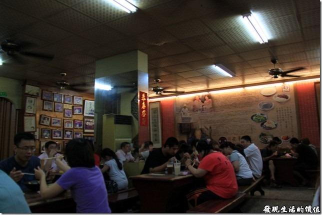 其實在同記安平豆花及松霖茶坊店內的牆壁上有很多的照片以及文字介紹,也可以看靠很多人桌子上又是意麵飲料,又是豆花的,好不熱鬧。