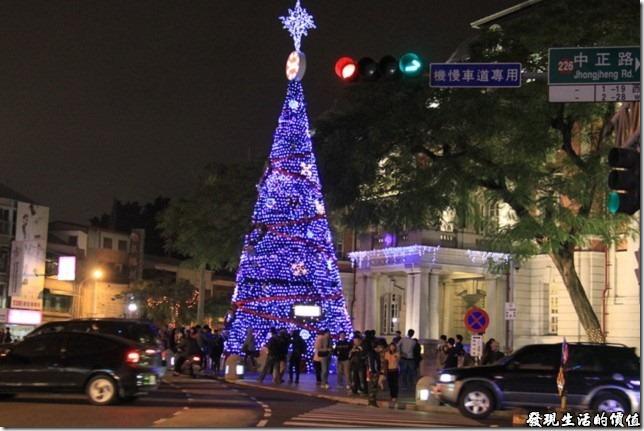 2012年台南市台灣文學館前高約10公尺的聖誕樹主燈。