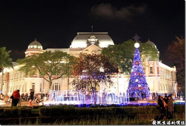 台灣文學館前裝點起了聖誕燈火的歡樂氣氛,要是可以再配上聖誕歌聲,氣氛就更加熱鬧了。