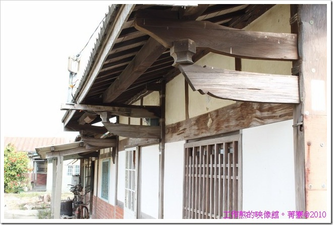 台南菁寮地區的舊房子幾乎都使用木頭來支撐整棟房屋,然後加上牆壁,木頭沒有塗漆的原色。
