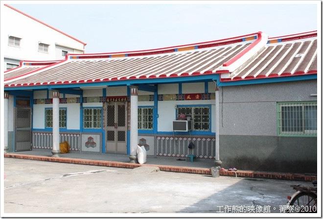 台南菁寮地區大部分的房子都會漆上油漆來保護木頭,這就構成了藍白或綠白相間的房子了。