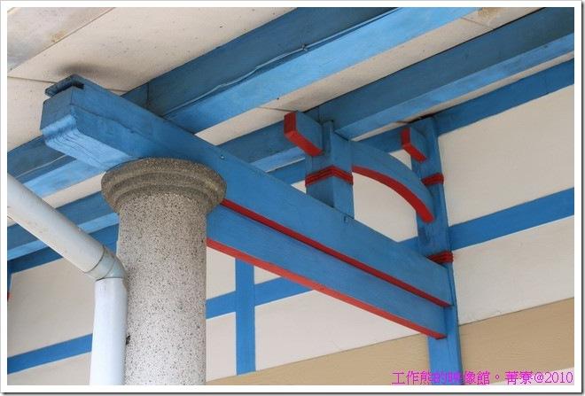 台南菁寮房子的騎樓下樑柱採用磨石子的柱子,大概是擔心雨水會破壞樑柱吧!