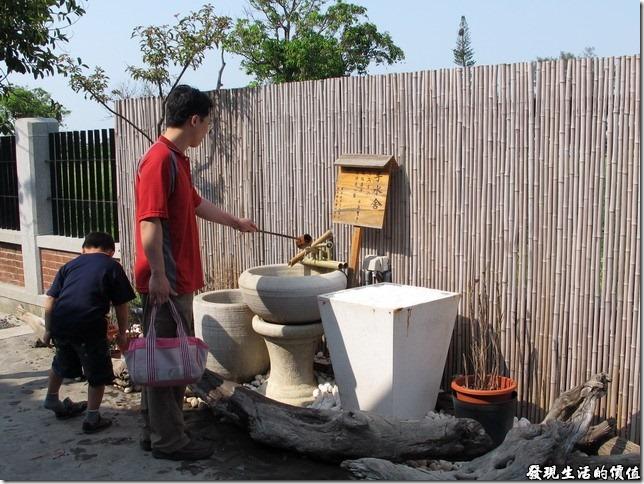 台南夕遊出張所-手水舍,感覺好像來到了日本的寺廟一樣,用清水洗淨身心靈,去除髒污穢,不過這裡可以多掬鹽一把,用水洗雙手,更能潔淨身心靈。