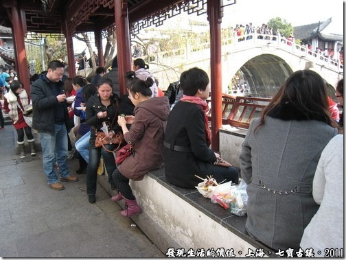 一群人圍坐在路旁就吃起了「龍袍蟹黃湯包」。