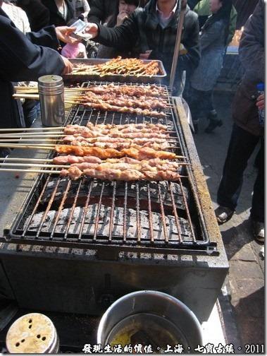 我原本以為烤肉串上面用的是木炭,後還發現好像不是耶!下面有一塊鐵板。
