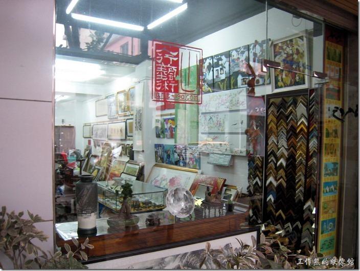上海-田子坊。這是藝術商品店家。