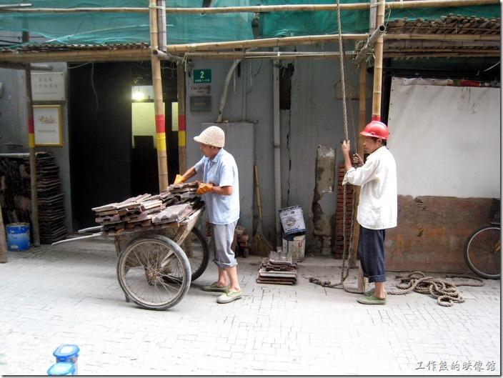 上海-田子坊。因為田子坊變得越來越有名氣,當初拜訪的時候到處都還可以看到有工事在建設,應該都是整建舊建築成為商家的吧,現在應該都已經整建完畢,而且更有規模了。