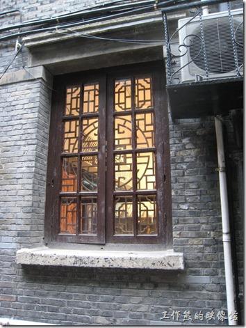 上海-田子坊。左圖:復古的窗戶 。