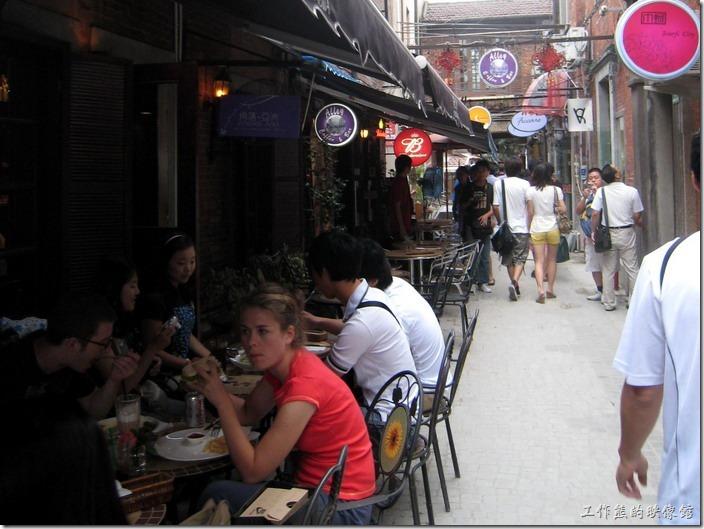 上海-田子坊。在田子坊處處可見這類的露天咖啡座。