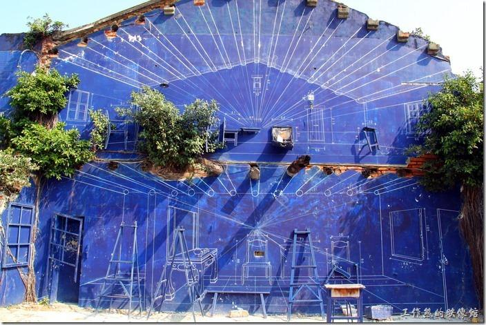 「藍晒圖」已算是台南市海安路藝術造景的成功典範之一,很多遊客來到海安路,目光第一個被吸引的一定是這片「藍」牆,而「晒圖」原本就是以前在製圖時輸出圖面的一種方法,海安路首先為了地下街商場的興建拆遷了許多房子,後來又因為地下街失敗而衰敗。