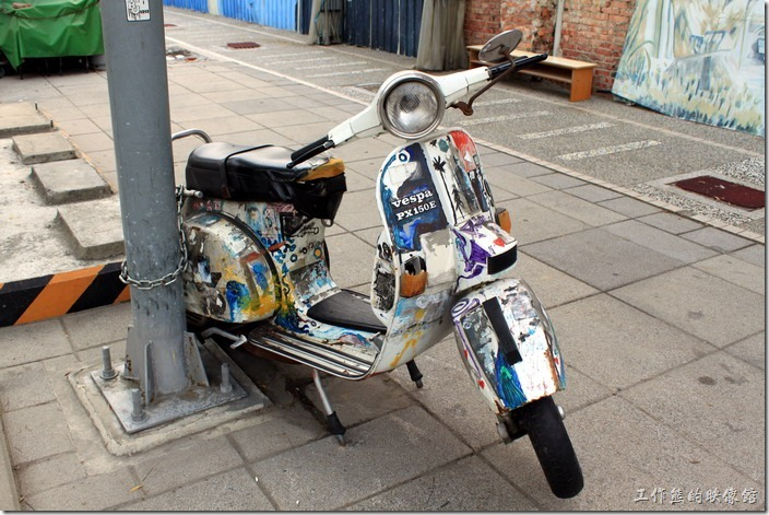 台南-神農街老街。在海安路的路旁停著一輛蠻有意思的「偉士牌」機車,這大概是古董車了吧! 不過今次再來,摩托車已然不見蹤影。