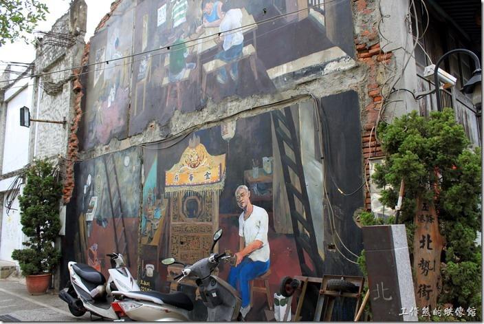 台南-神農街老街。在海安路轉往神農街的路口老房子磚牆壁上,刻劃著老師傅「王永川」製作神轎的身影,王師父做神轎已有六十多年了,曾得過薪傳獎,這間老房子就是他的工作室。