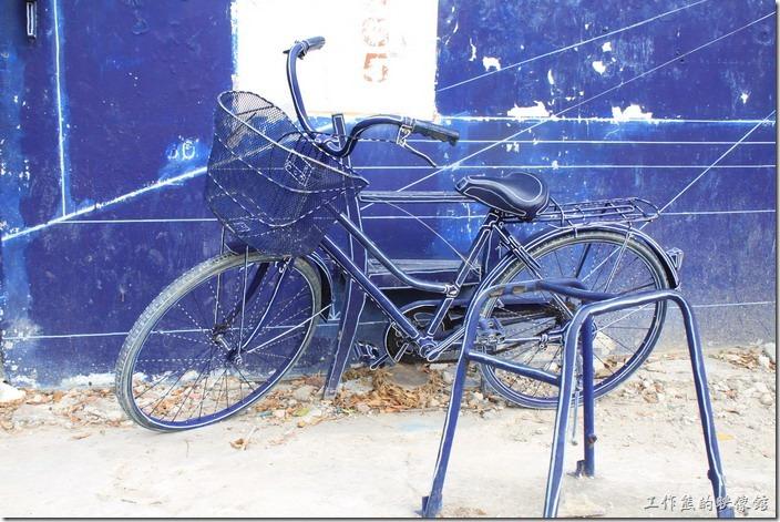 台南-藍晒圖。說真的我個人還滿喜歡這輛腳踏車擺在這裡的感覺,不知道是不是被偷了,一輛腳踏車、一張椅子,沿著線條劃上白色的線條,就成了製圖紙上的平面圖了。