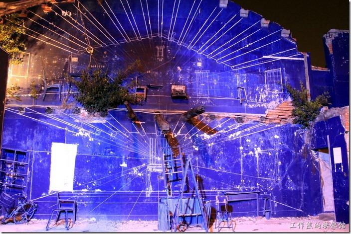 台南-藍晒圖。特別找了一個晚上來拍夜間的「藍晒圖」牆壁,燈光似乎有點強,所以拍起來效果差強人意,還是我的拍照技巧不好。 XD!