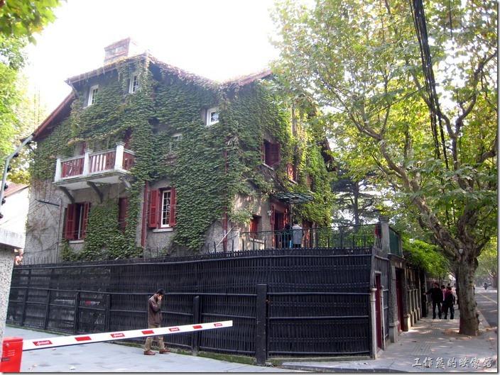 上海-思南路周公館。思南路73號,周公館,周恩來的故居。我蠻喜歡它牆壁上爬滿藤蔓的感覺,像是為房子穿了一層衣服,不知道這個藤蔓是不是爬牆虎同種的植物。