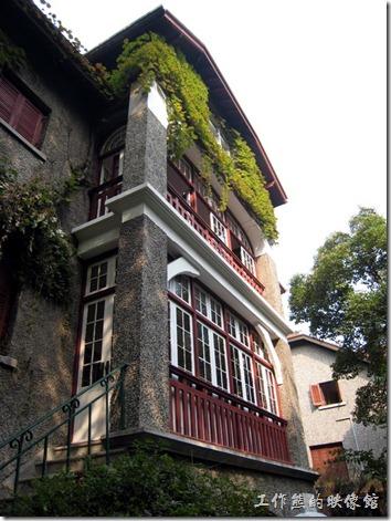 上海-思南路周公館。思南路73號,周公館,周恩來的故居。外牆都是磨石子,有可能是後來整修的時候改用磨石子,因為看過一些老舊的洋房不是這樣作外牆處理的。
