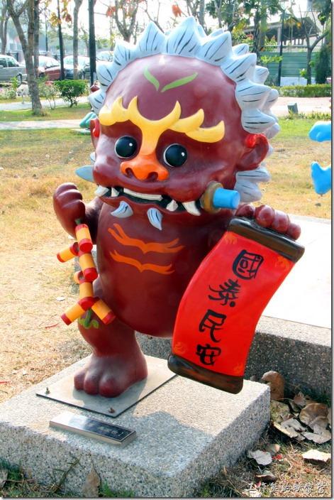 台南-安平劍獅公園-歲時將軍。深紅色劍獅-歲時將軍,代表人物是「馮澄世」,代表物為春聯、爆竹、粽子及太平鼓。
