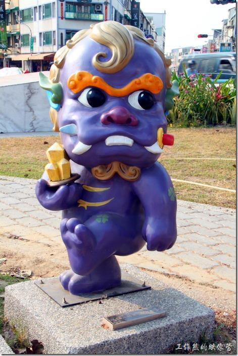 台南-安平劍獅公園-護身將軍。紫色劍獅-護身將軍,代表人物是「王秀奇」手持水晶、長命縷。