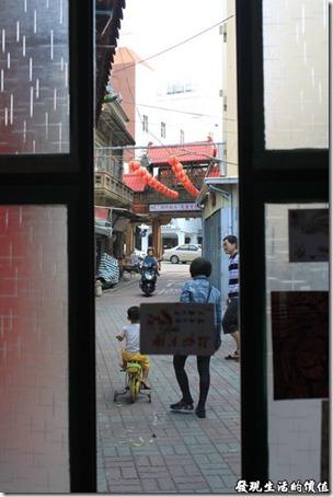 台南-甘單咖啡(老房子)。照片由咖啡館望外看的巷子,看到兩排類似光明燈的就是「開隆宮」的吊燈