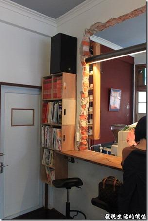 台南-甘單咖啡(老房子)。照片可以看得出來牆壁被打掉,留下原來紅磚頭的痕跡,這應該事故意留下來的。