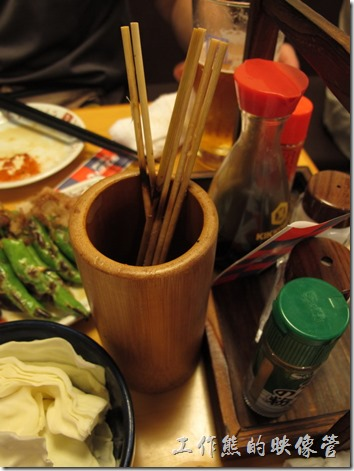 上海-大吉日本燒烤。這裡還特別設置了一個可以放吃過得烤肉竹籤的竹筒,吃完後也可以數數自幾到底吃了多少串。