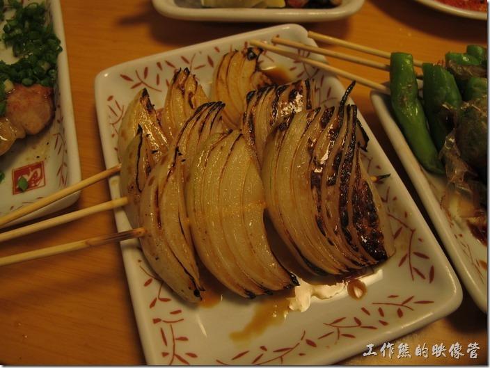 上海-大吉日本燒烤-烤洋蔥。烤洋蔥。烤過的洋蔥完全沒有其嗆辣的感覺,但洋蔥的甜味還在,吃起來脆脆甜甜的,猜想應該有事先泡過水,來去除其嗆辣味。
