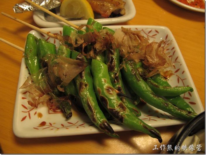 上海-大吉日本燒烤-青椒。烤青椒。原來青椒用烤的也可以這麼很好吃啊!有些稍微辣!有些則是很辣,辣到像針刺!不能吃辣的要注意啊!但也有完全不辣的。另外也有一種「烤圓椒」,就是我們一般說的「大同」,不太有味道,點的時候容易跟青椒搞混。