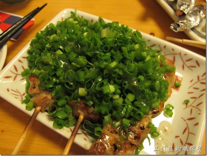 上海-大吉日本燒烤-蔥蔥雞。蔥蔥雞。這是同事的最愛,因為蔥花滋補男性(聽說的)。愛吃蔥的,一定要點這一道,蔥花特多,這裡的蔥花有別於台灣一般嚐吃到的蔥花,這裡的蔥花明顯比較小且脆,個人感覺比台灣的好吃。 忘了說明,這蔥花底下藏著雞肉串,可別只被表面的蔥花給騙了。