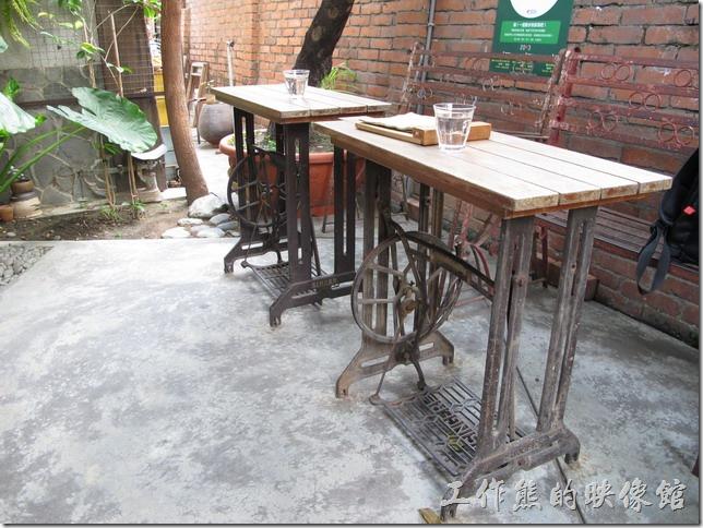 《a room‧房間咖啡館》的室外座位,店家原本安排我們坐在這個舊裁縫車改裝的桌椅喝咖啡,但當天有點冷,又有些蚊蟲,所以作吧!等了40多分鐘才等到室內座位。