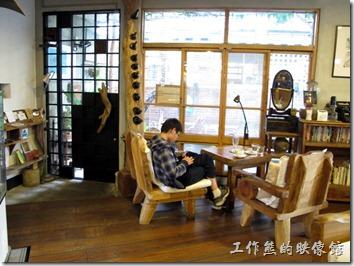 說真的這間《a room,房間》咖啡館的環境真的很不錯,整體空間也經過一番設計,有庭院及扶蘇的花木,經營者更把年邁的老屋妝點成充滿咖啡香與書卷氣息的悠閒地。