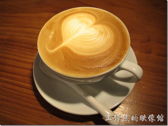 [台南]《a room,房間》這是我點的「卡布其諾」,NT$120。一般卡布其諾的拉花樣式不多,因為必須要將牛奶與咖啡充分混合才會調出好喝的卡布其諾。