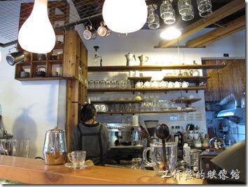 [台南]《a room,房間》。這間咖啡館應該有請空間設計師作過設計,猜想應該是隔壁的「潘俊元空間設計」幫忙設計的,只不知道這兩家是否為同一個老闆?