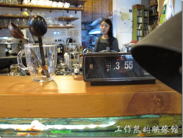 [台南]《a room,房間》吧台上的翻頁時鐘紀錄了我們喝咖啡的瞬間。