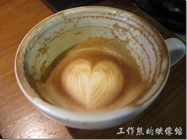 [台南]《a room,房間》。一般我判斷咖啡夠不夠濃,只要從這殘留於咖啡杯的殘痕就可窺知一二。濃郁的咖啡通常會像這樣紀錄下每一口喝下咖啡的刻度。