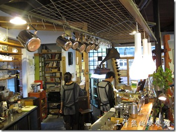 [台南]《a room,房間》。這咖啡館應該有請空間設計師作過設計,猜想應該是隔壁的「潘俊元空間設計」幫忙設計的,只不知道這兩家是否為同一個老闆?