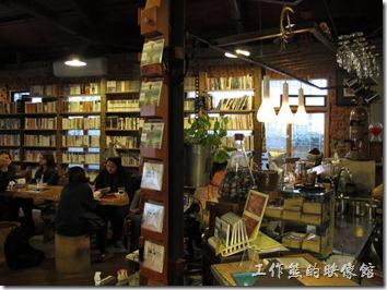 [台南]《a room,房間》。咖啡館內有一整排的書牆,還有獨立的書架,真的到處都是說,裡頭皇冠的書不少。