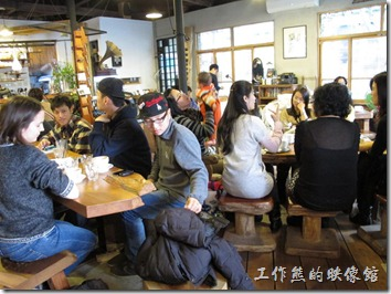 《a room‧房間咖啡館》內老房子的味道以及滿滿的客人。