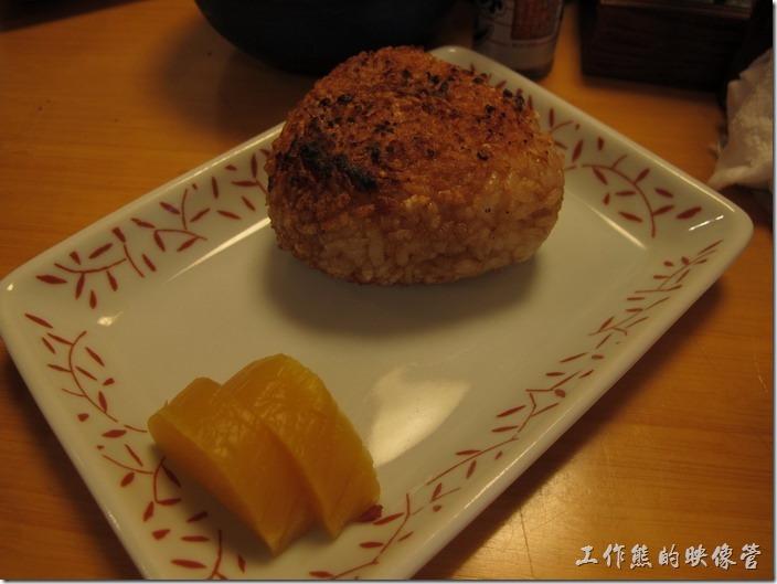 上海-大吉日本燒烤-原味烤飯糰。烤飯糰。這是我第一次吃烤飯糰,原本以為就是烤個飯糰,沒什麼特殊的,可是端上來吃了第一口,就想再吃第二口,它的外皮烤得酥酥脆脆,有點像是韓國烤肉石鍋伴飯的鍋巴飯,內層則還保留白飯的甜味,想填飽肚子的話可以考慮。 我比較喜歡這裡的原味飯糰,另外也有咖哩口味,但稍微有點辣,另外也有起司口味。