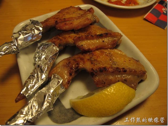 上海-大吉日本燒烤-雞翅。烤雞翅。吃起來口感不錯,小巧剛好可以入口。個人不建議吃烤雞腿肉,太油了,而且內裡比較不入味。