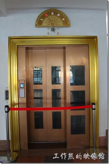 這指針式電梯可林百貨的招牌,據說當時台南附近就只有這棟樓有電梯,而搭乘電梯也成了參觀必備的行程,所以一堆人排隊等電梯的盛況就出現了。