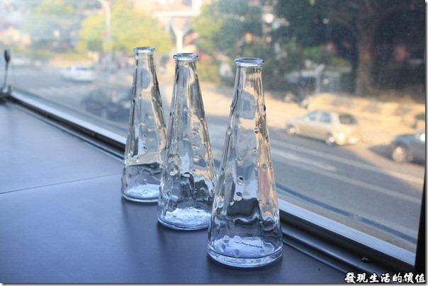 台南-菓溱是早餐店。這三隻玻璃瓶子,感覺滿有Fu的,應該也是店家故意擺在這裡的吧!