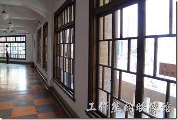 林百貨從一樓到五樓幾乎都是一樣的的格局,這這個角度看出去剛好也是古蹟的台灣銀行。