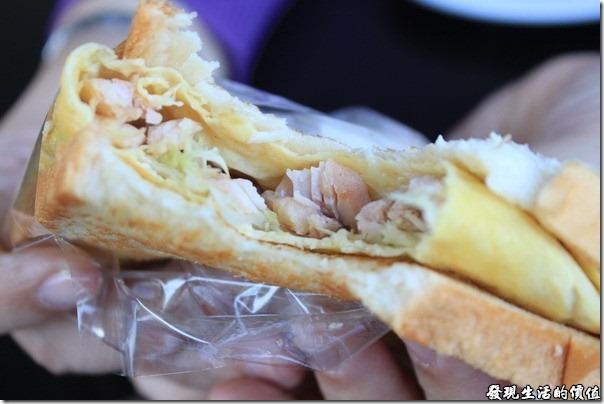 台南-菓溱是早餐店。野菜燻雞土司中間夾了一片煎蛋,燻雞則藏在煎蛋中,還蠻好吃的。