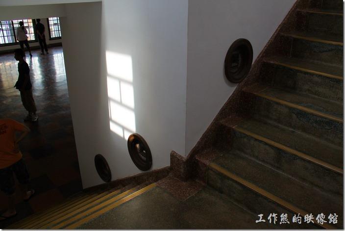 樓梯旁設置許多的圓形透氣孔,日本人對通風似乎特別講究。
