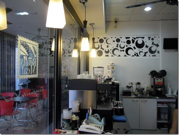 台南-菓溱是早餐店。一樓的店面,以及走廊上的座位。